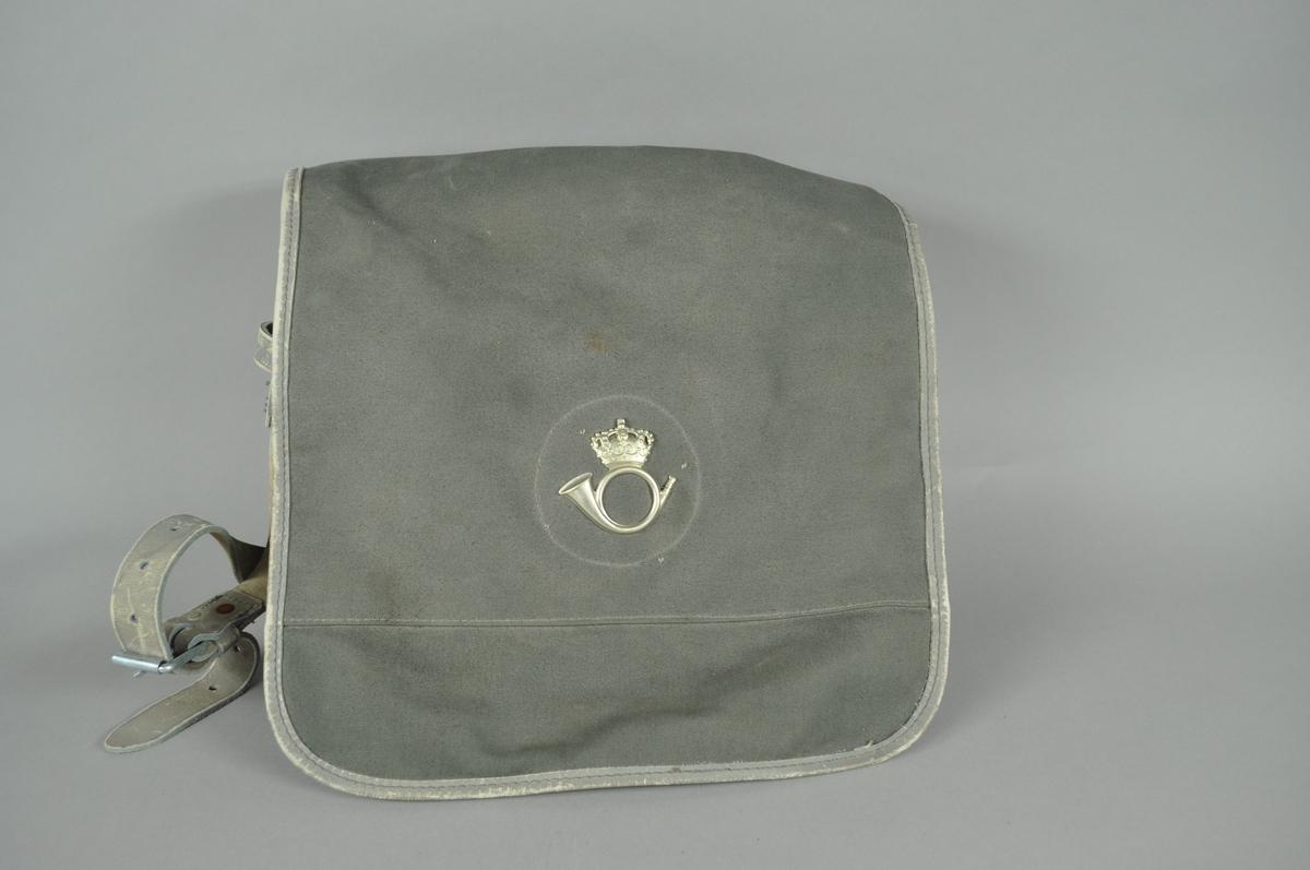 Grå postveske/skulderveske med to rom. Med postlogo i sølv (metall) fra før 1987. 9 er skrevet med kulepenn på innsiden av vesken.