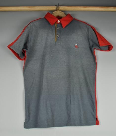 Grå og rød t-skjorte med Postens logo.