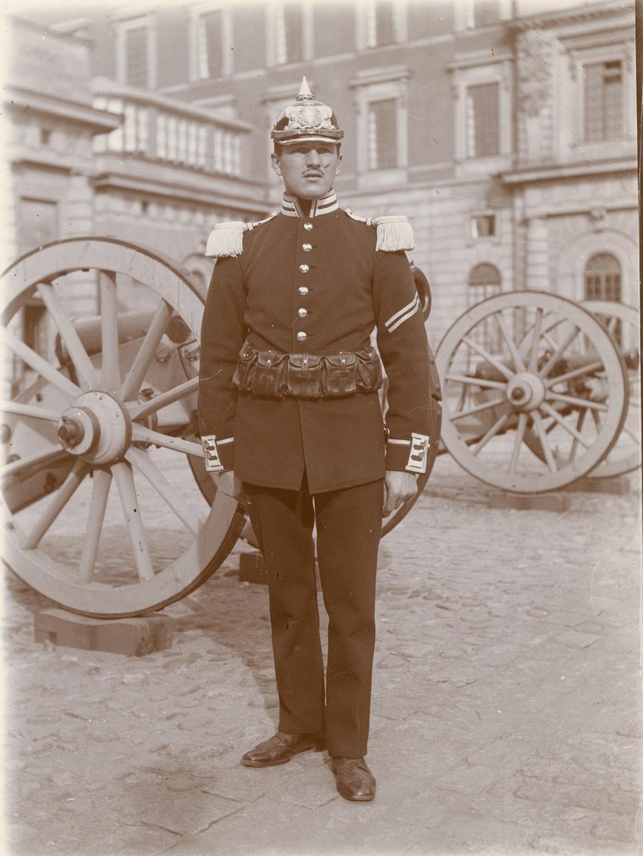 Soldat vid Göta livgarde I 2 utanför Stockholm slott.