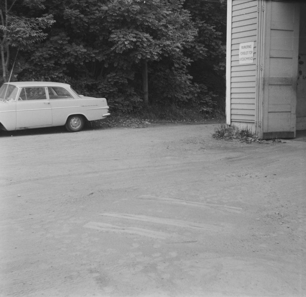 Svillene ligger fortsatt igjen utenfor Nesttun-Osbanens vognhall på Os, 30 år etter banens nedleggelse.