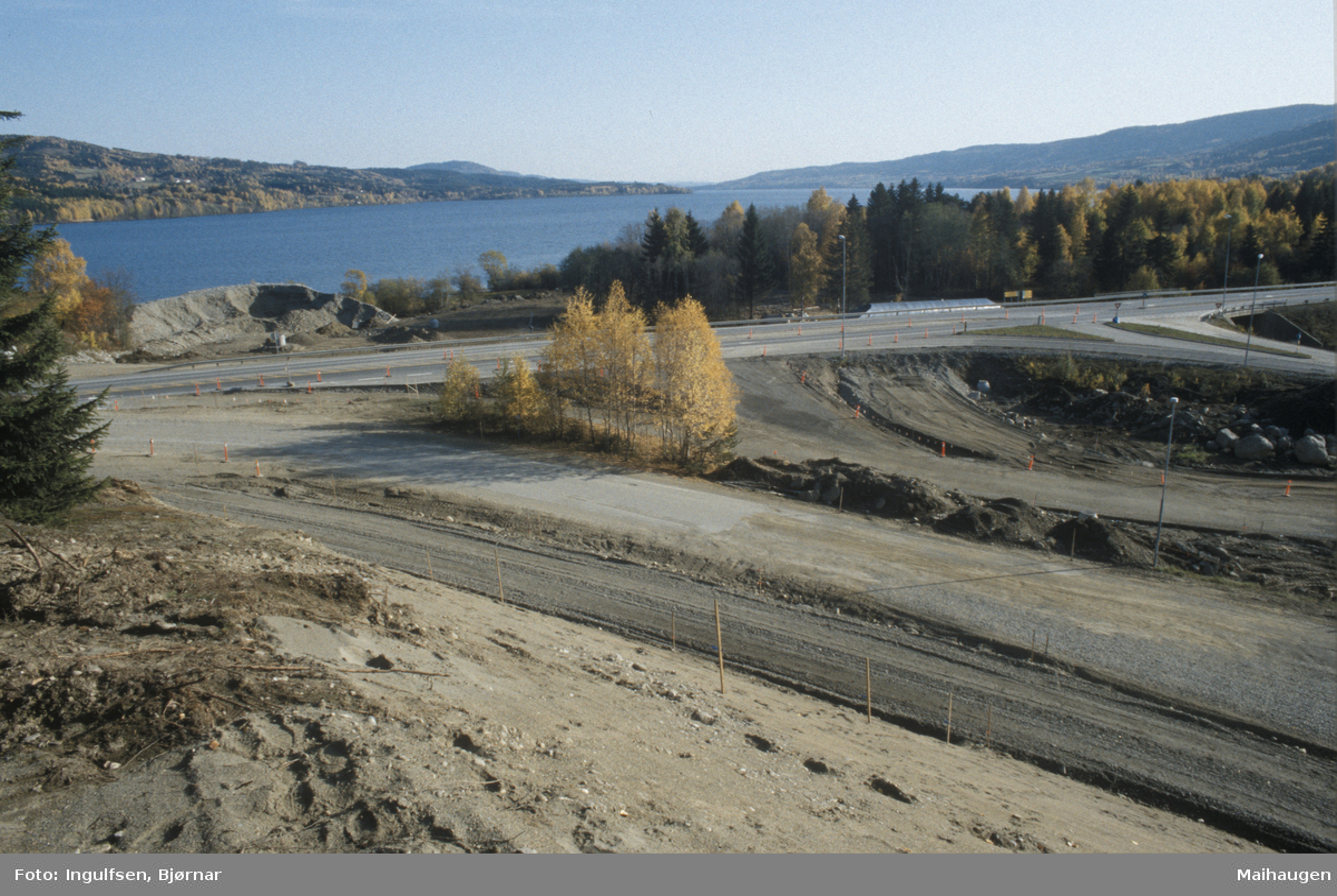 Lillehammer, Vingrom, Vingromkrysset, ny avkjøring fra E6, anleggsarbeide, Mjøsa i bakgrunn mot sør-øst, Døsvegen mot Saksumsdalen i forgrunnen