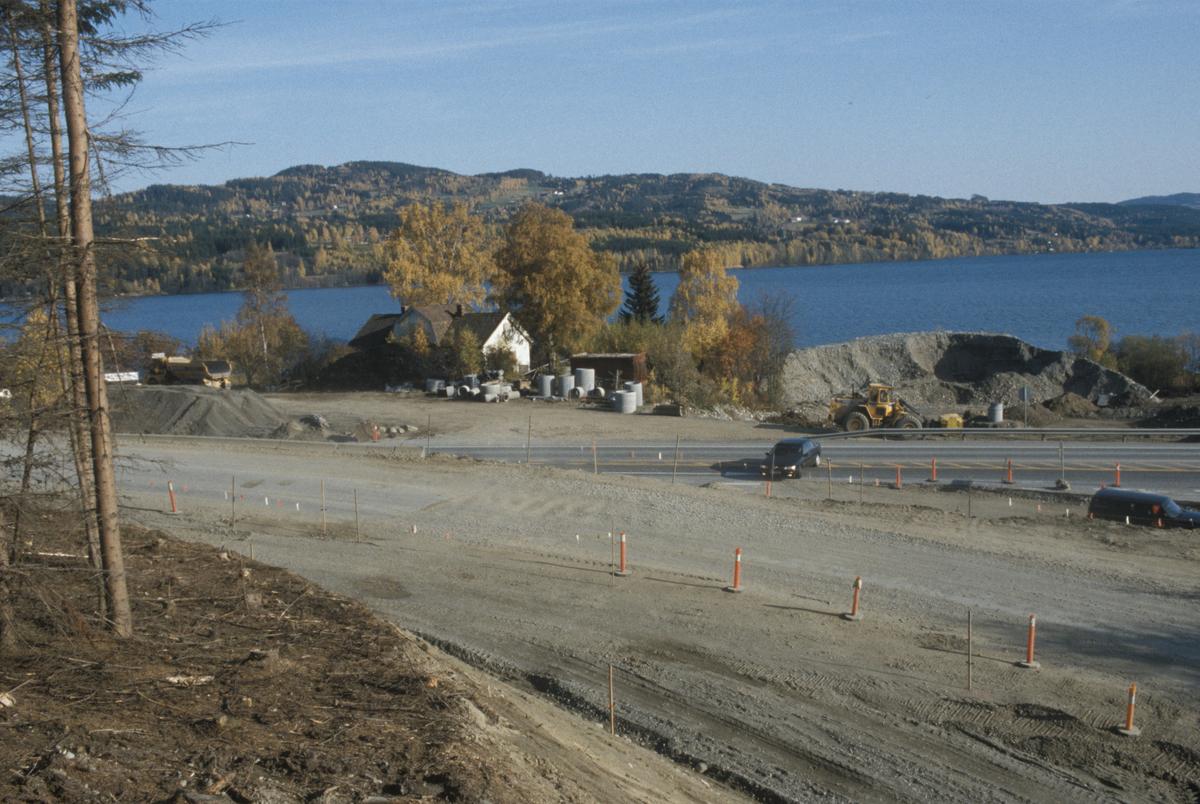 Lillehammer, Vingrom, Vingromkrysset, E6 med ny av og på kjøring, anleggsarbeid, Mjøsa i bakgrunnen