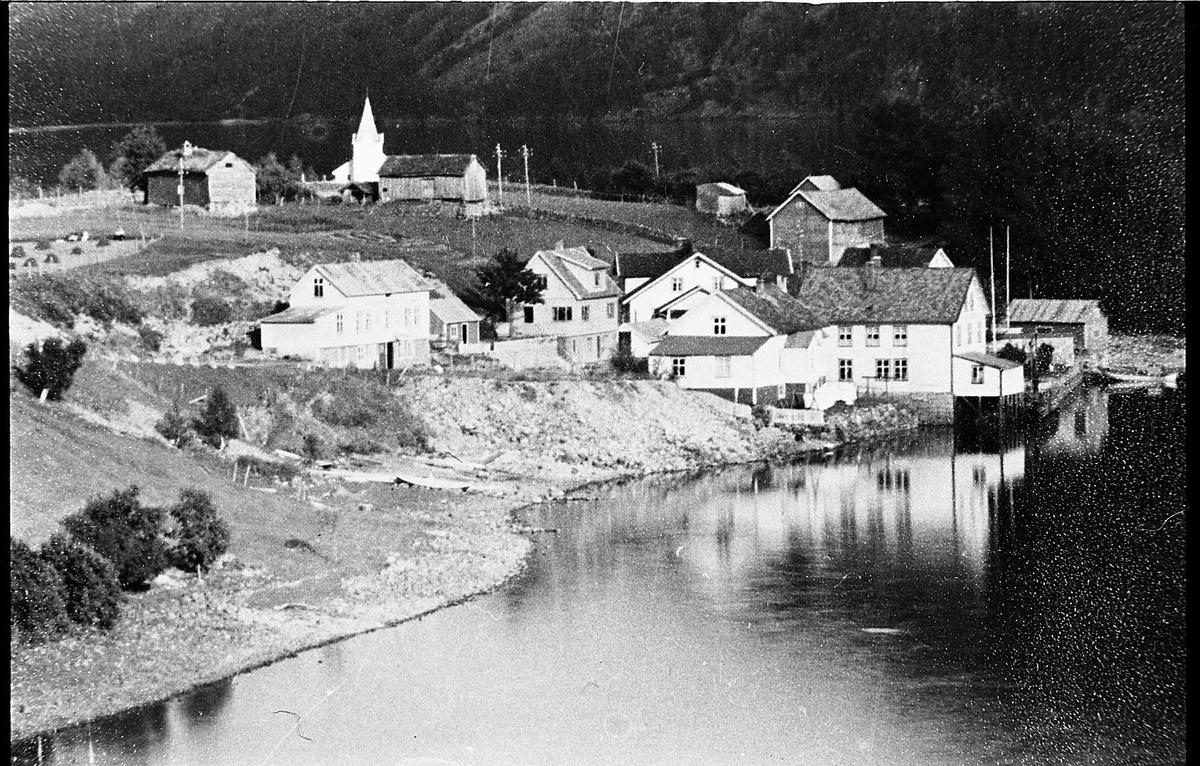 tettstad hotell kyrkje hus gardar fjell vatn