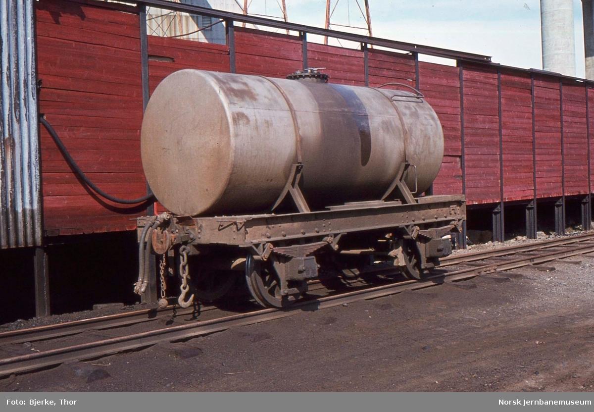 Sulitjelmabanens vogn nr. 31, kisvognunderstell med tank, på Finneid stasjon