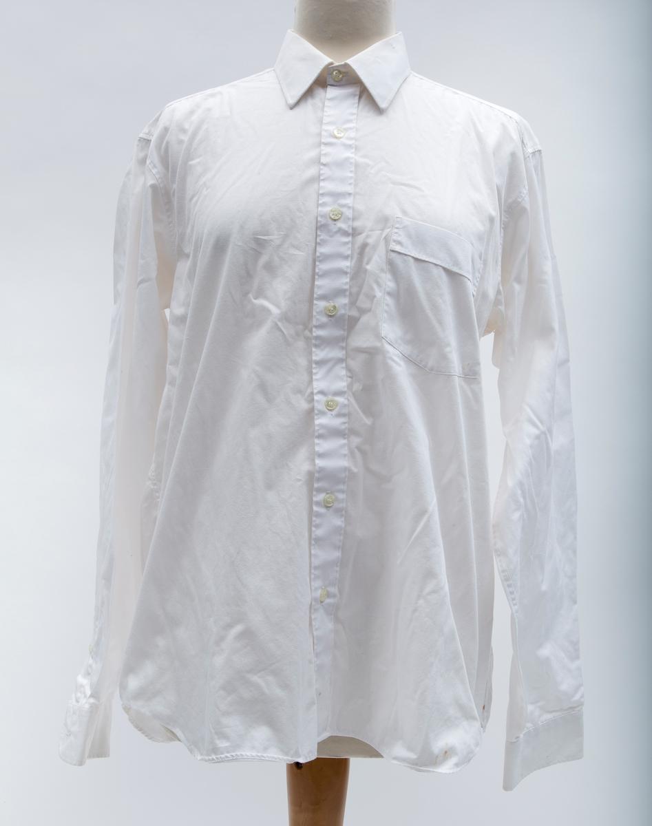Herreskjorte. Krage med linning, dobbelt skulderstykke, doble sømmer, brystlomme. Dress-skjorte.