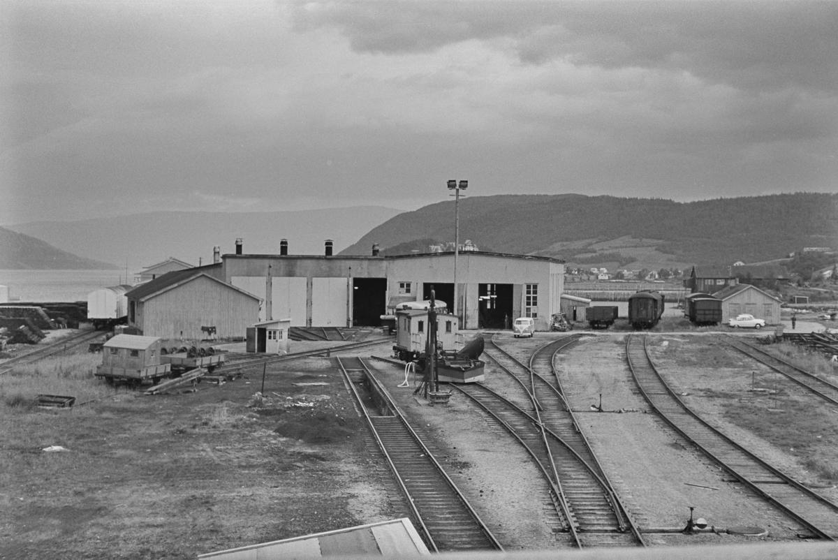 Lokomotivstall og svingskive på Mosjøen stasjon.