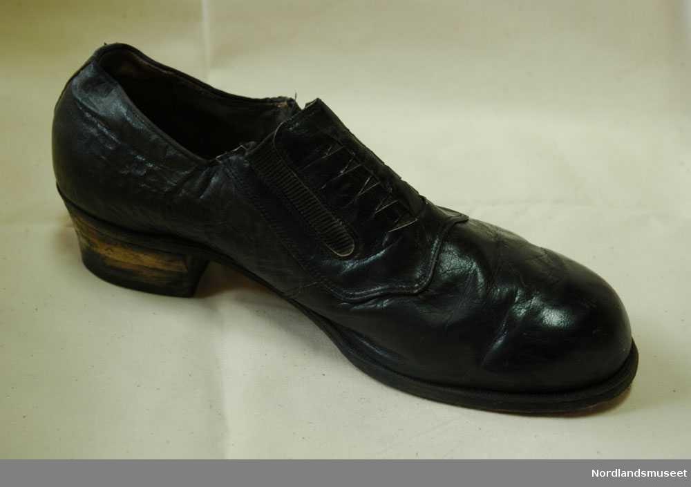 eb3efaac 1 svart venstre sko i størrelse 41. Skoen er mest sannsynelig brukt av  menn. Photo: Nordlandsmuseet