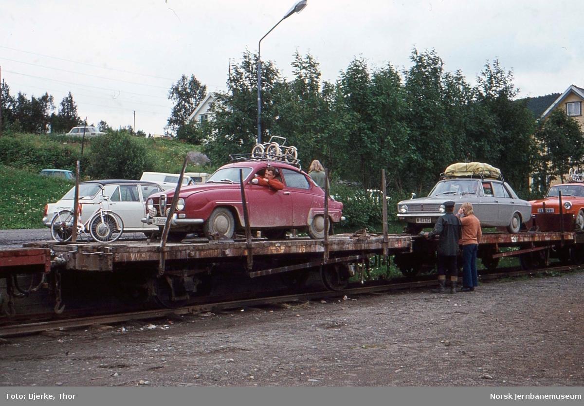 Lossing av biler på Finneid stasjon, godsvogn litra T nr. 26