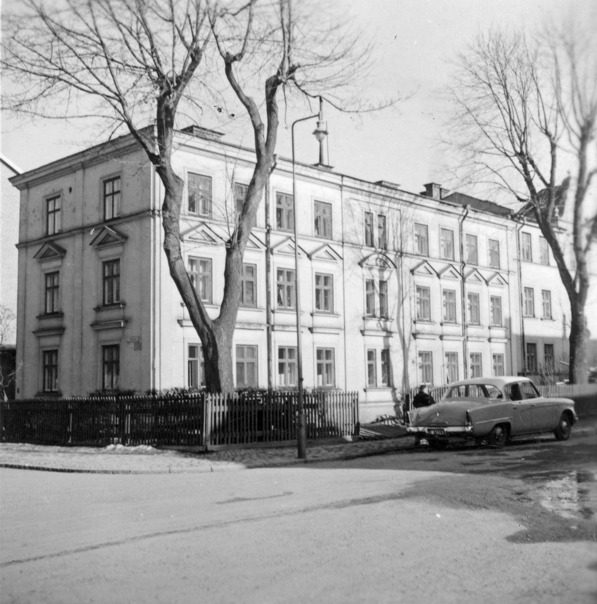 Gatufasad Nelinsgatan 19 i Norrköping. Huset byggdes på 1890-talet och kom att rivas strax efter fotografiet tagits.