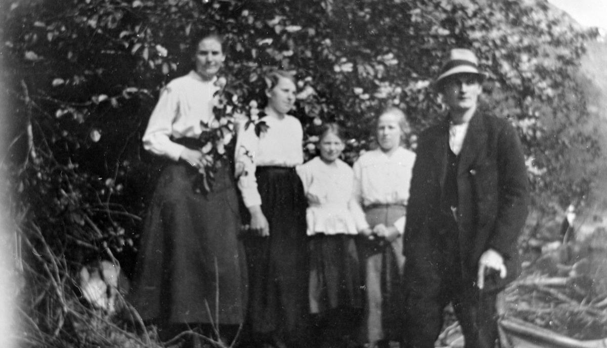 Famile på Sæter i Eikesdalen, muligens annen fotograf Sigurd Ts svigerinner, kone og svoger