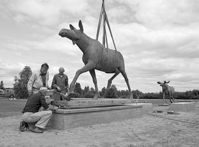 elgskulpturer laget av kunstneren Skule Waksvik