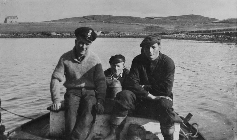 Fra venstre: Ingvald Johansen, Åge Sandvik og Johan Hermandsen. Blidet er tatt ved basen i Lunnavoe. Tilhører Scalloway Museum.
