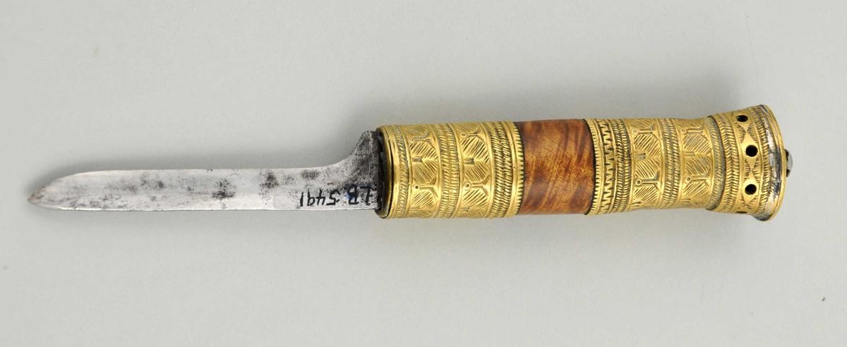 Jern i bladet, messing og tre i håndtaket. Messing m/renessansedekor.  1500-1600-talls type.