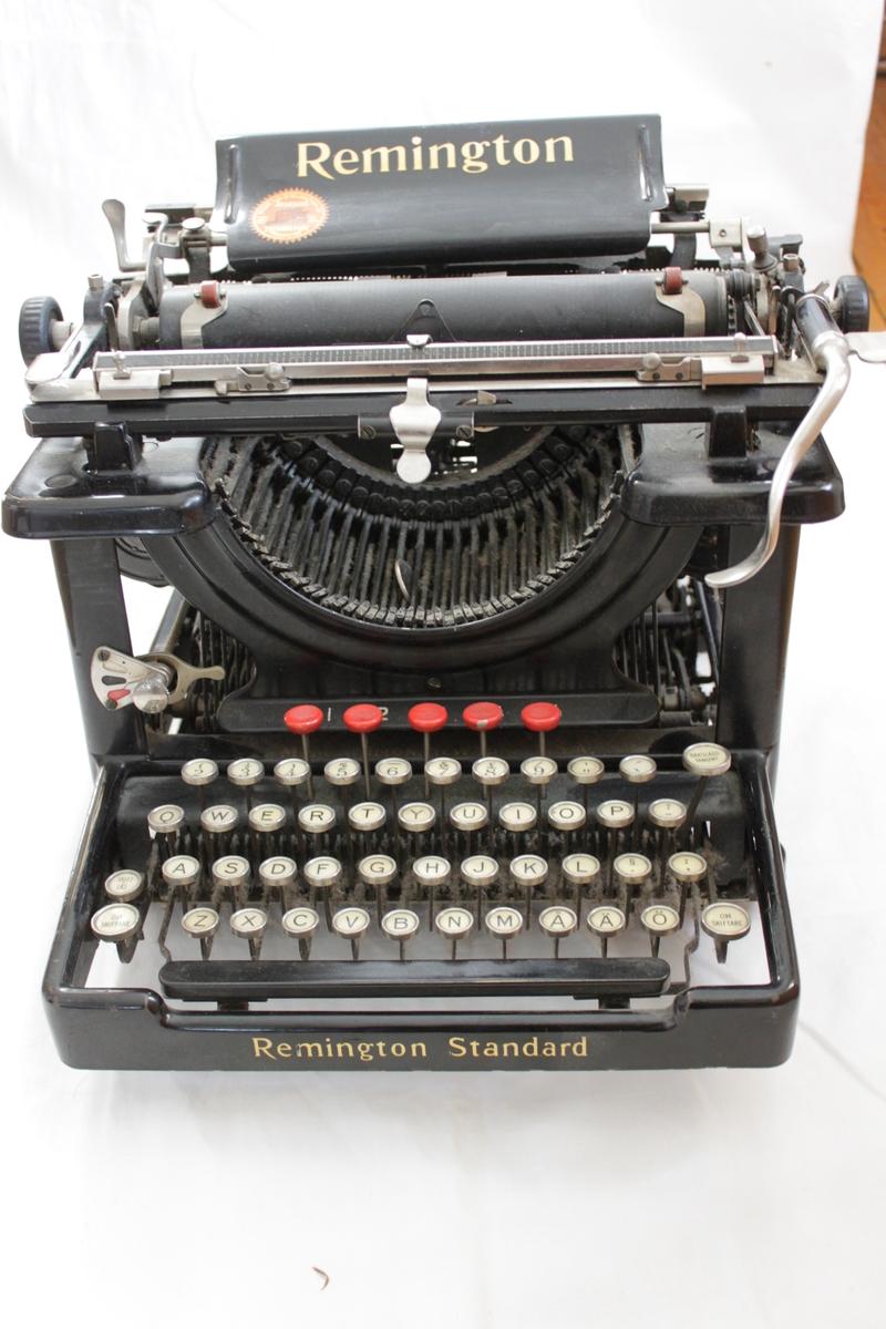 Skrivmaskin Remington. Svart med guldtext.