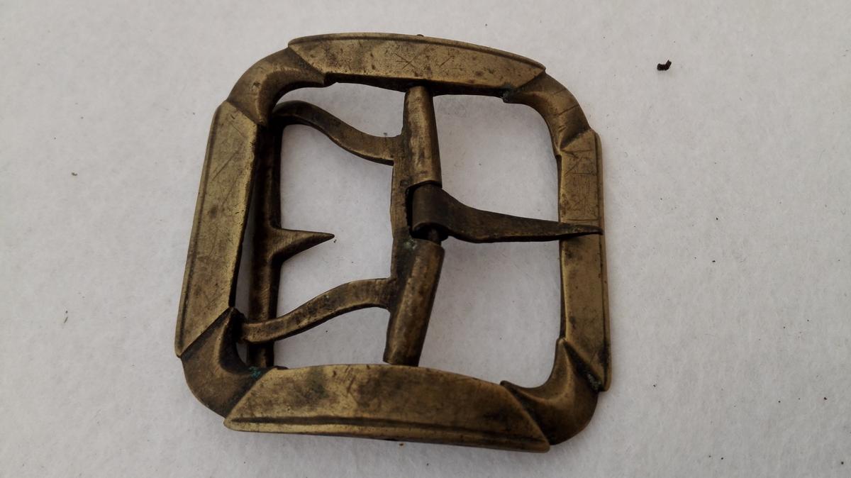 Form: Firkanta med avrunda hjørner. 3 messing skospænder (10120 - 22).  Tre messing skospænder alle av forskjelig störrelse.  10121 - Firkantet med avrundede hjörner, defekt messingtand 6 x 6,1 cm.  Kjöpt av Kristoffer Kvale, Sogndal.