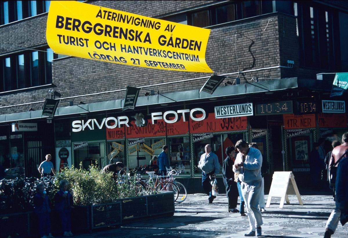 Westerlunds Radio och Tv affär vid stor torget. Korsningen Norra Slottsgatan och Drottninggatan.