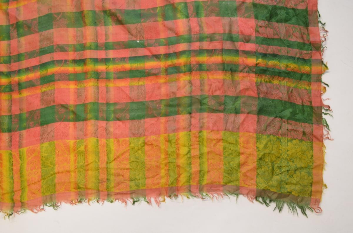 Tørkle i silkedamask i grønt, rosa, gult. Små frynser av renning og innslag rundt kantane.