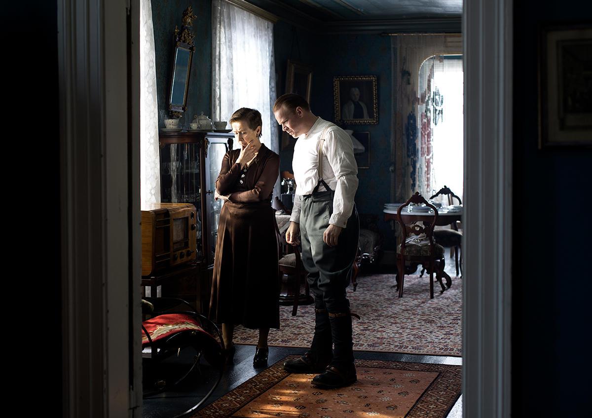 Vertinnen Sigrid Sæhlie samtaler med Kronprins Olav før oppbruddet. Foto: Agnete Brun/Paradox.