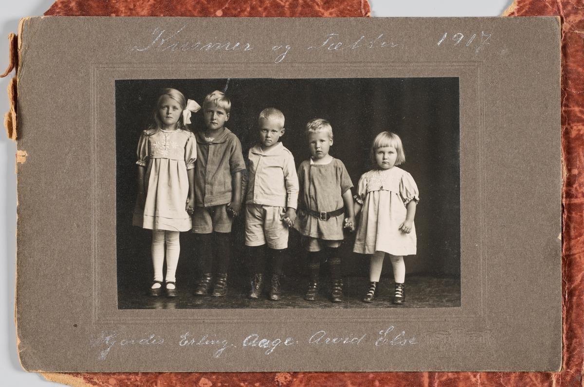 Studioportrett av barna i familen Michelsen. Fra venstre: Hjørdis Michelsen, Erling Michelsen, Åge Arvid Michelsen, Else Michelsen.
