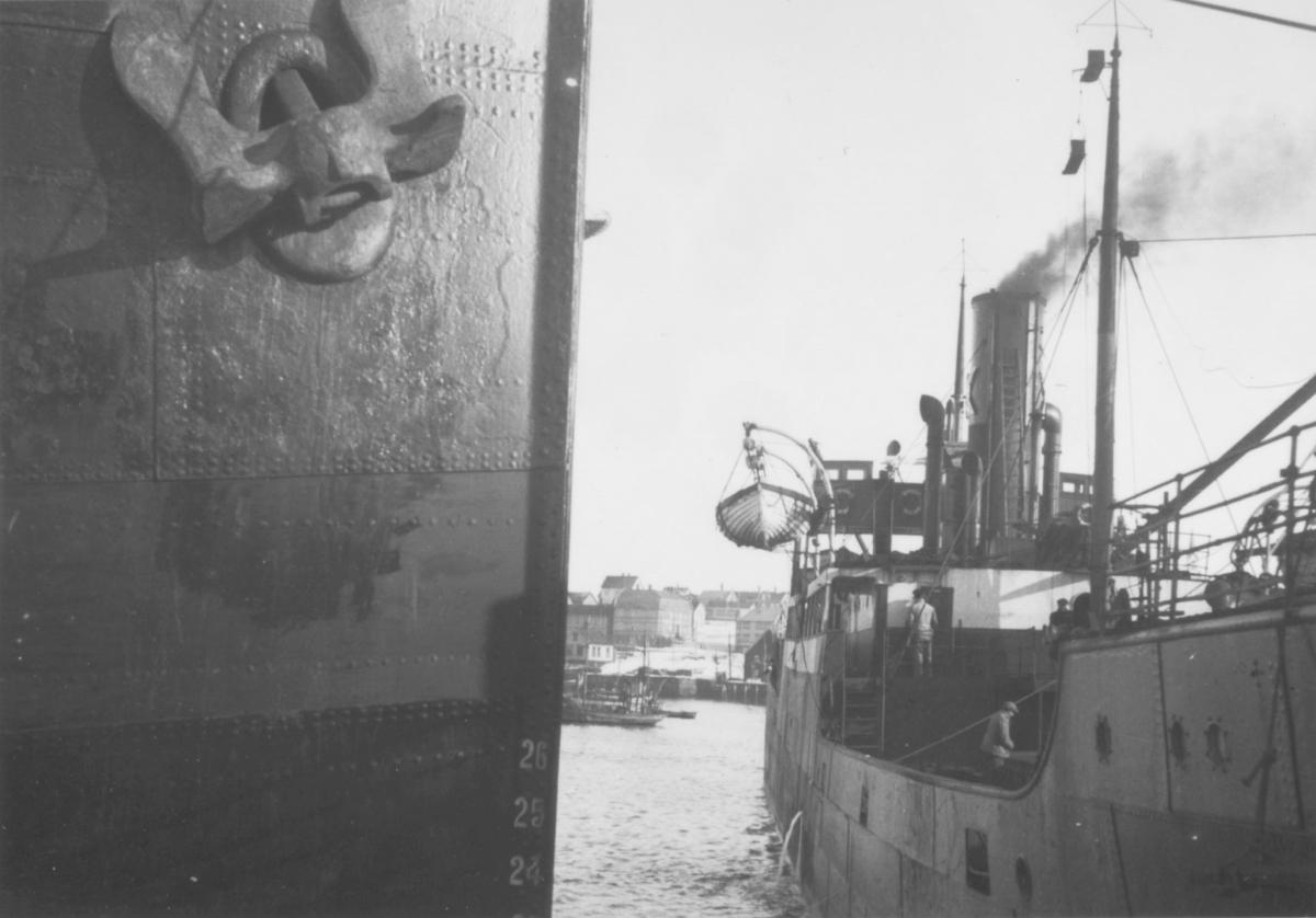 Skip på havna i Vadsø. En del av byen i bakgrunnen, bl. a. Televerkets bygning. Bildet er tatt i 1941 av en tysk soldat Matthias Schlagwein.