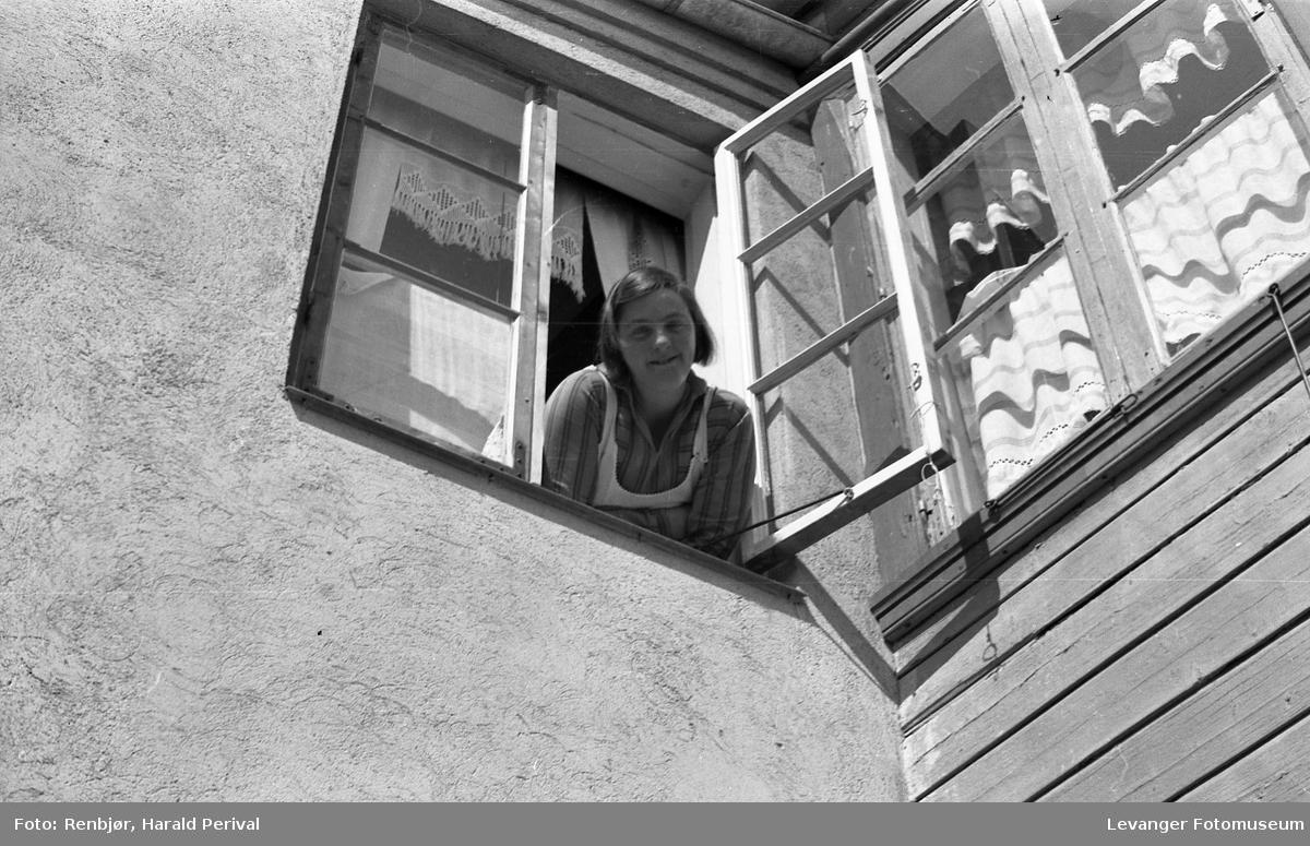 Kvinne i vindu.