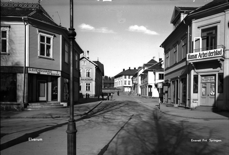 Borgengata med trehusbebyggelse før bombingen. Foto: Erling Syringen/ Glomdalsmuseets fotoarkiv.