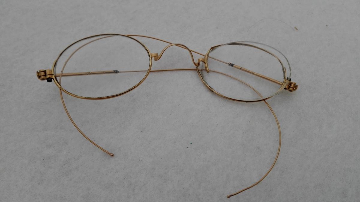 Form: Ovale brilleglas, strenginnfatning/bøyle Glasa utan styrke. Truleg komne frå U S A.