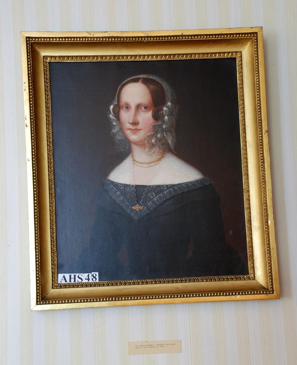 Gullramme. Oljemaleri fra ca. 1830-40. Forestiller Fru Emilie Fasmer, født Herfordt (1811-1894). Blondekappe på hodet, og blondekrave over de utringete skuldre. Sort kjole og bakgrunn. Dreier mot høyre.
