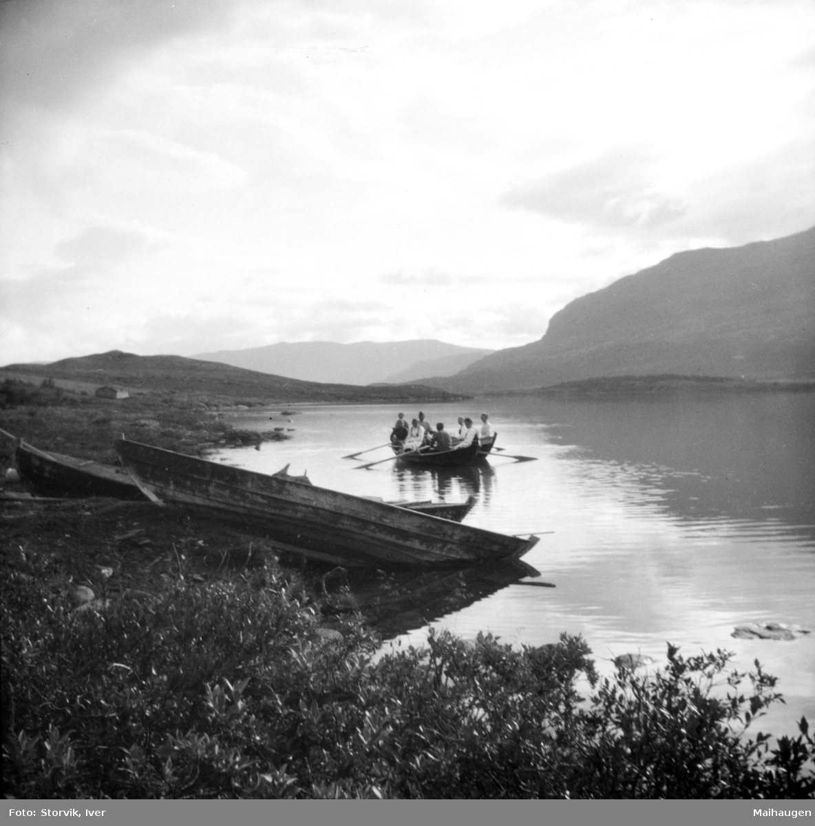 Sjodalen, robåter og mennesker i robåter på Øvre Sjodalsvatnet.
