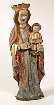 Den stående madonnan håller kristusbarnet på sin vänstra arm. Hon bär en mantel i guld med röd innersida och blå livklädnad. Barnet håller en uppslagen bok.