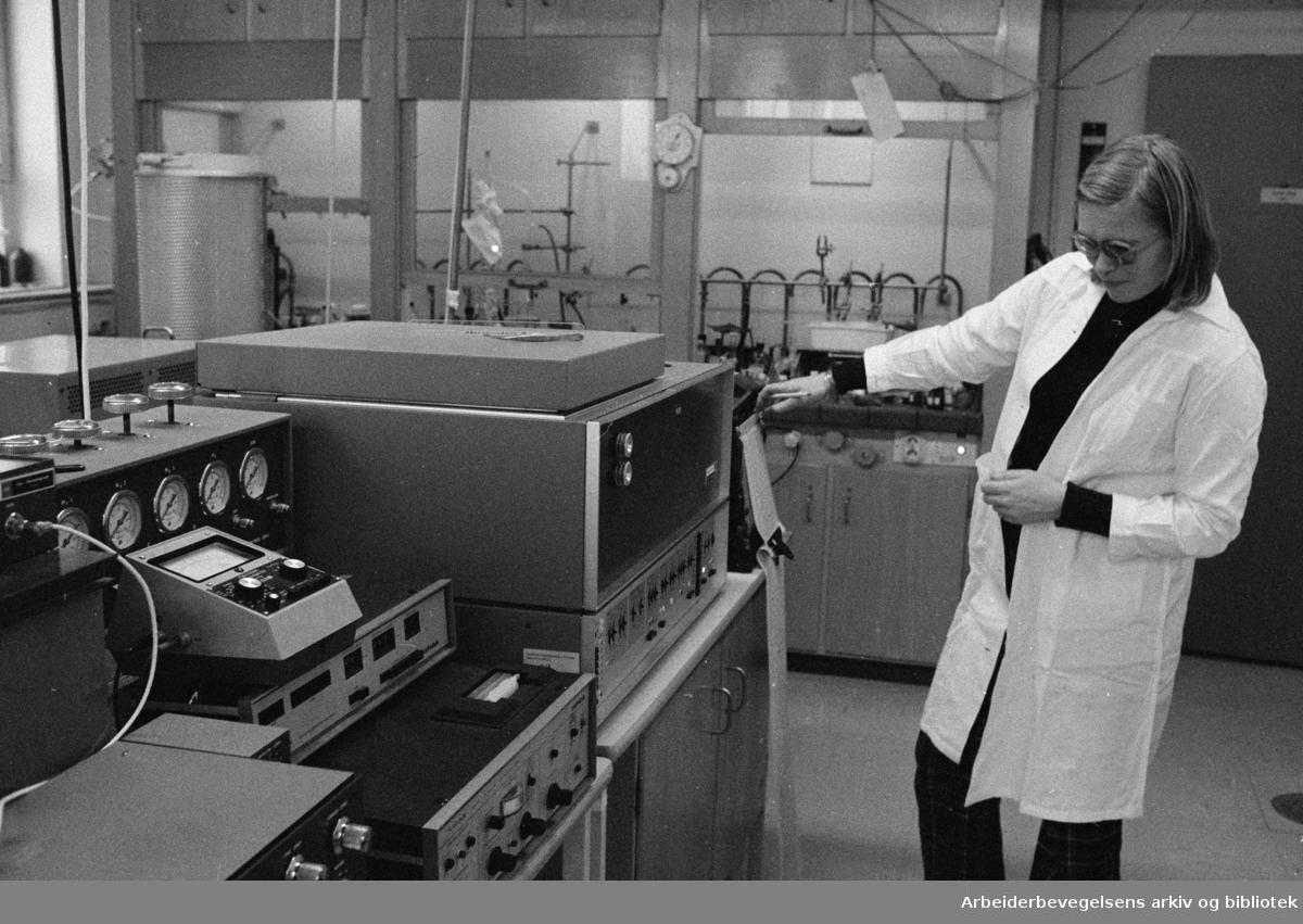 Yrkeshygienisk Institutt. Laborant Karin Waaltorp undersøker gasskromatografen som analyserer luftprøver fra arbeidslokaler. Januar 1975
