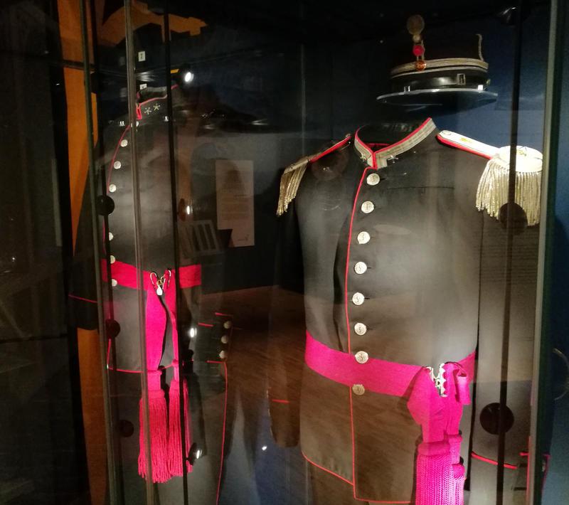 Korpsuniformene til Oscar Borg og Ole Olsen kan du også se i utstillingen.
