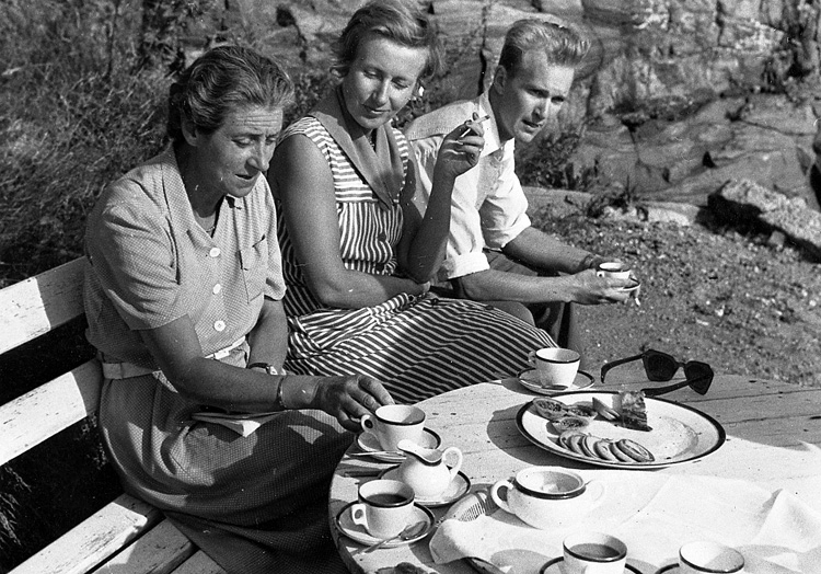 """Enligt uppgift: """"Ca 1954-1955. Från vänster fru Berta Karlrik (forskare) frun Nils Jerlov och okänd forskare""""."""
