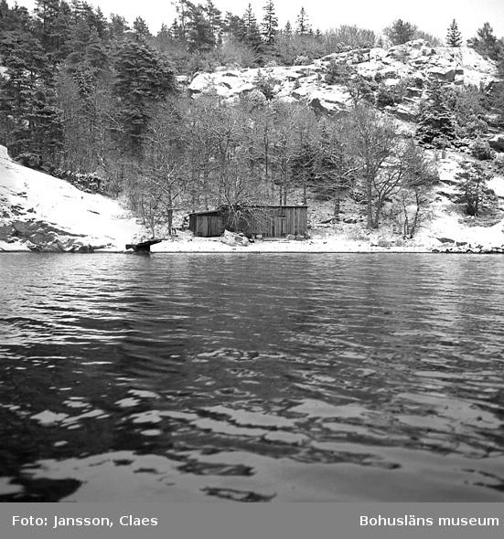 """Enligt uppgift: """"Båtviken med magasin, en f d vedbod som ca 1949-1950 flyttades från parti bakom huvudbyggnad till """"Båtviken"""" (vedboden senare tillbyggd). I magasinet förvarades attiraljer till stationens båtar m m""""."""
