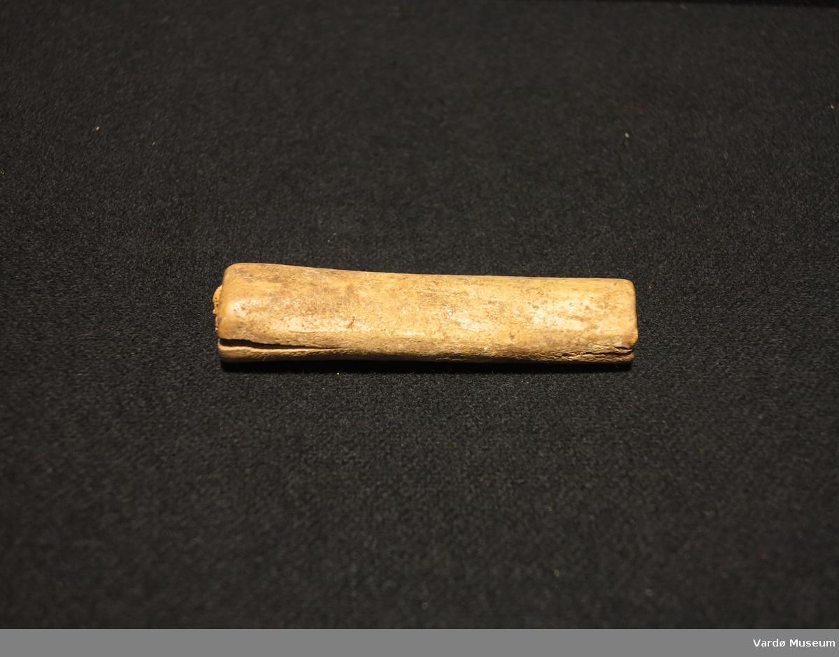 Knivskaft laget av bein uten knivblad.