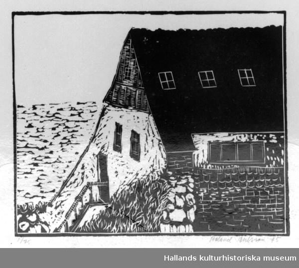 """Konstmapp med fem grafiska blad.  a) """"Färjan löper ut"""". Serigrafi i gult, orange, blått och svart. Upplaga: 1/75. Kenneth Abrahamsson. Inramad. b) """"Utsikt från ateljén"""". Linoleumsnitt i svart och vitt av Rolf Börjesson. Upplaga: 1/75. c) """"Stor förödelse å Brunnsparken"""" eller """"Varför skulle något hända just i Varberg"""". Litografi i svart och vitt av Roj Friberg. Upplaga: 1/75. Inramad. d) """"Farväl sommarhus. Västra Vallgatan 23, Varberg"""". Offsetlitografi i svart och vitt av Mona Johansson. Upplaga: 1/75. e) """"Från Varbergs fästning - Utsikt över havet"""". Linoleumsnitt i svart och vitt av Roland Ohlsson. Upplaga: 1/75. Teknik: Tryckt, serigrafi, linoleumtryck, litografi."""