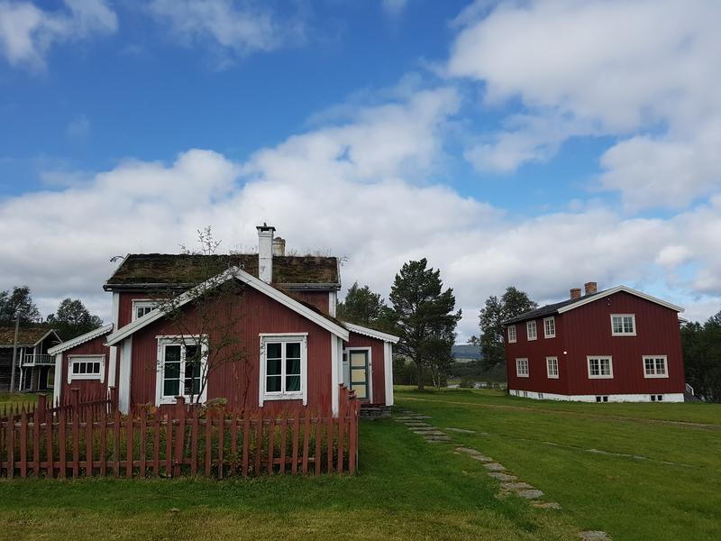 Gammelstuggu på Ratvolden til venstre og det nye bolighuset til høyre