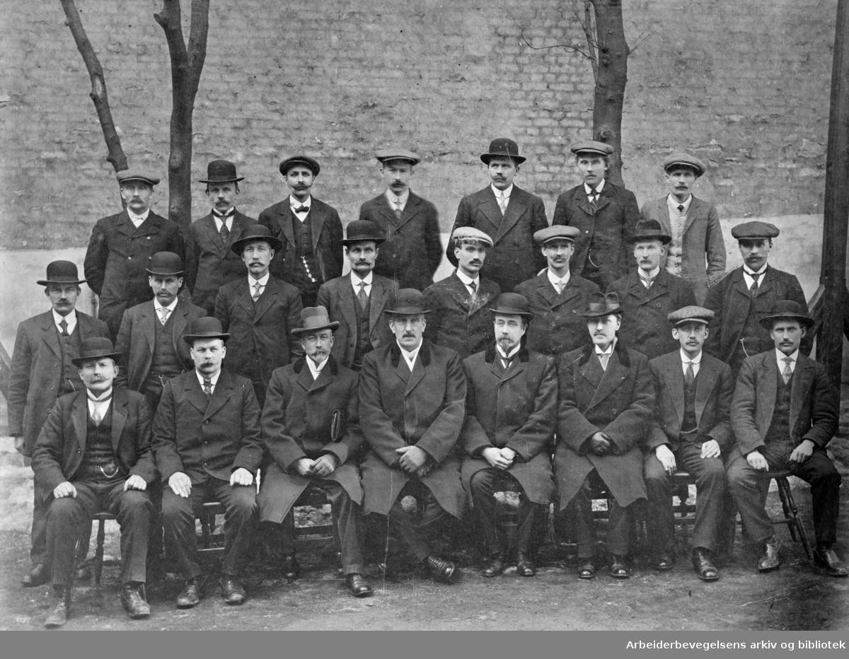 Kurs for baneformenn på Jernbaneskolen våren 1915. Lars Aslaksrud (nr. 4 fra v. i 1. rekke), var i mange år førstelærer ved Jernbaneskolen