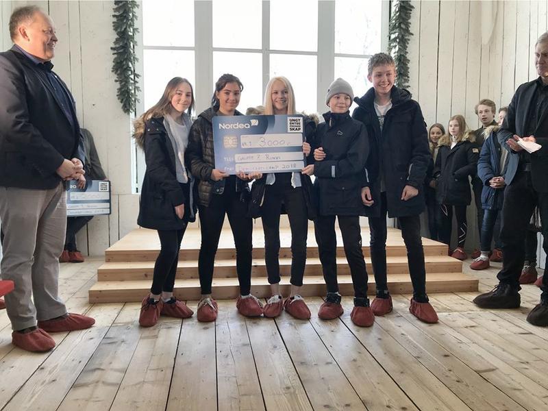 Godt samarbeid ble til stor premie for f.v. Camilla, Martyna, Celina, Marco og Daniel fra 8. Klase ved Runni Ungdomsskole i Årnes, flankert av ordfører i Eidsvoll John-Erik Vika og direktør ved Eidsvoll 1814 Bård Frydenlund.