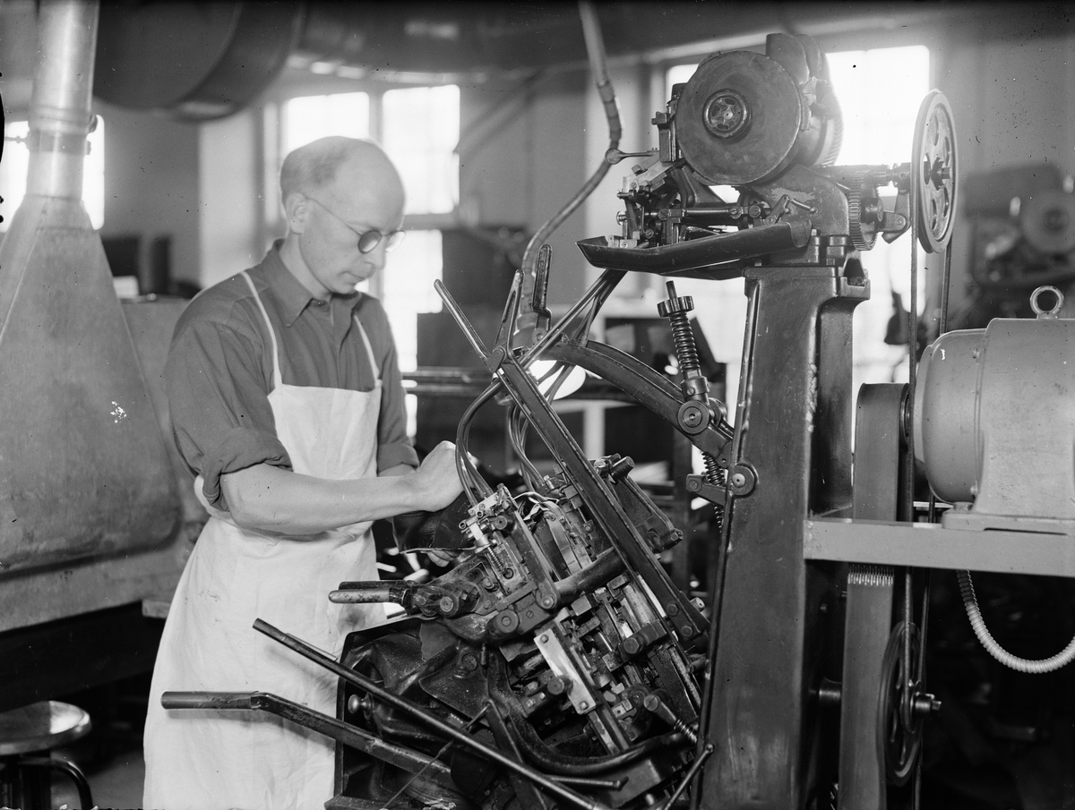 Arbete vid maskin - AB L E Larsson & Co, kvarteret Heimdal, Svartbäcken, Uppsala 1945