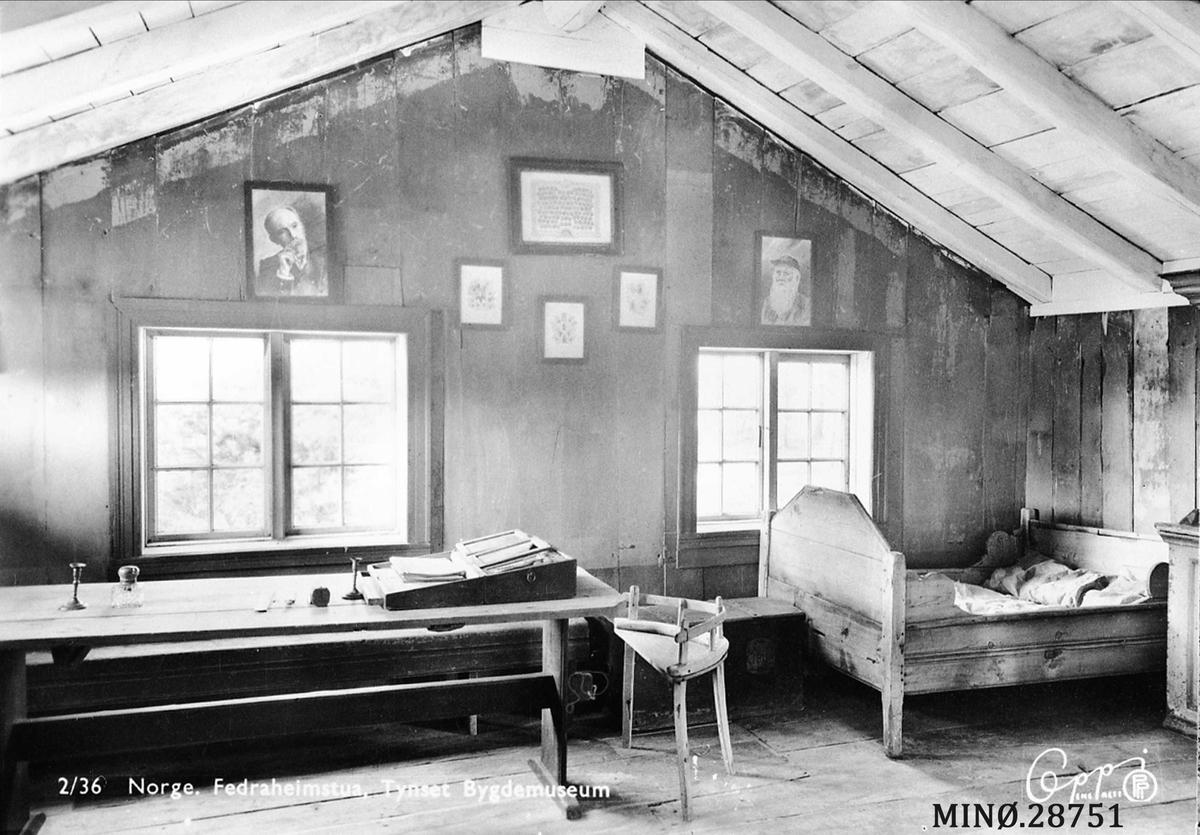 """Opprinnelig fra 1700-tallet. Ombygd flere ganger. Inngang direkte til to rom som også har innvendig forbindelse. Redaksjonslokale for bladet """"Fedraheimen"""" 1888 - 90, stiftet av Arne Garborg i 1877. Seinere brukt som bolighus."""