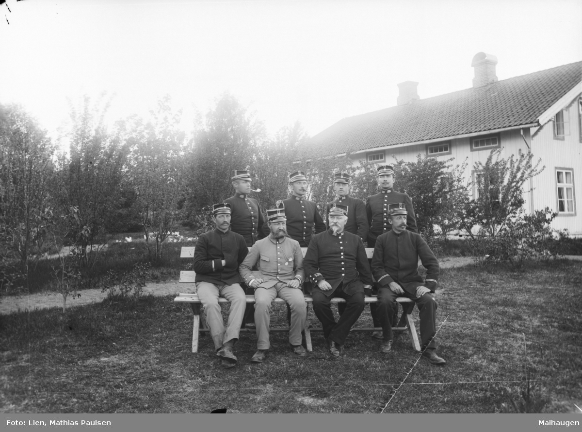 8 befal/offiserer i uniform. Jørstadmoen (antatt sted).