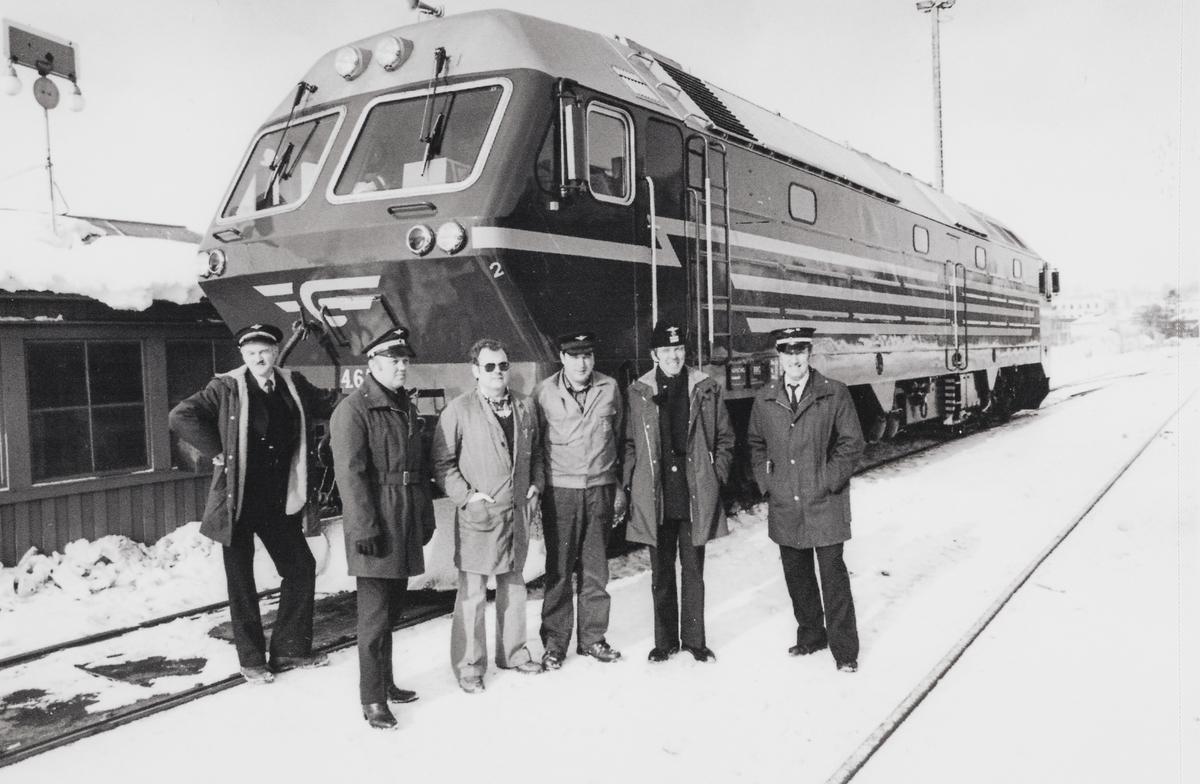 Lokomotivpersonale og representanter fra leverandøren Henschel foran nylevert diesellokomotiv type Di 4 nr. 651.