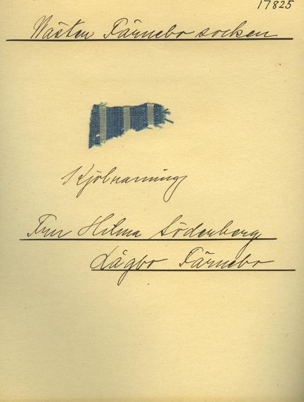 Anmärkningar: Vävnadsprov Olga Anderzons samling. Kjolrandning. Fru Hilma Söderberg, Lågbo Västerfärnebo. Vävprov av bomull i tuskaft, randigt. Varpen är randad i blått och vitt. inslaget är ljusblått.