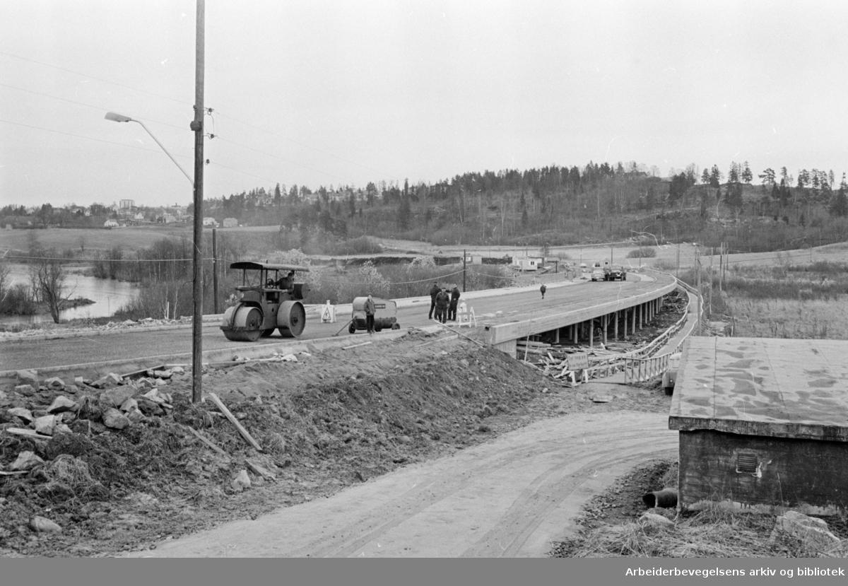 Østensjøveien. Den nye brua over Bogerudmyra skal snart åpnes. November 1964