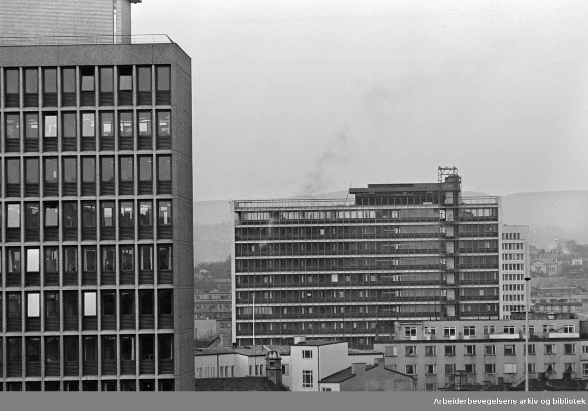 Regjeringsbygget, eksteriører med Shjell-huset og Telegrafverkets nye hus. November 1961