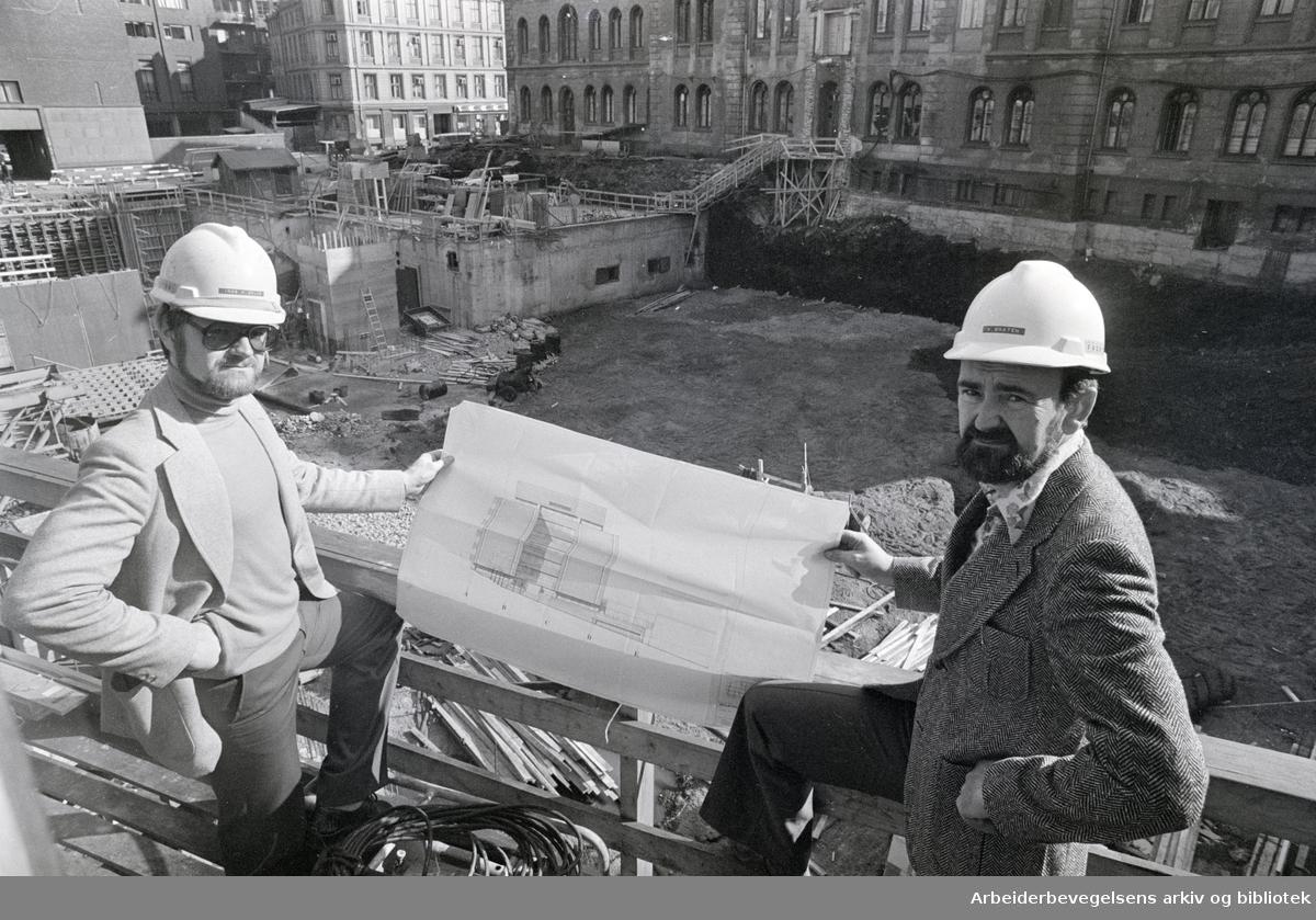 Regjeringsbygningen. Y-blokken. Nytt regjeringsbygg til 40 mill. kroner. Byggleder Willy Bråten (t.h.) og sivilingeniør Inge Dolve viser en skisse av fasaden ut mot Hospitalsgata. September 1976