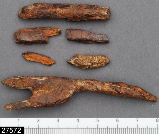 Anmärkningar: Badelunda sn, Tuna undersökt 1952-1953 Järnföremål, från båtgrav daterad till yngre järnålder, 1000-1025 e.Kr. (Vikingatid).  Föremål av järn från grav 84 (fyndnr 412). 1 st gaffelformigt föremål med ett i tvärsnitt fyrsidigt skaft och två i tvärsnitt fyrsidiga klor. Dessutom 7 st fragment av järnten (möjligen hör de till det gaffelformiga föremålet). L 78 mm (skaftets L 45, klornas L 22 och 46 mm) Br 16 mm  Litteratur Nylén, E. & Schönbäck, B. 1994. Tuna i Badelunda. Guld kvinnor båtar II. Västerås kulturnämnds skriftserie 30. Västerås. 1994 s 138 ff, 156ff, 200.  Fotograferad teckning neg nr A-7423