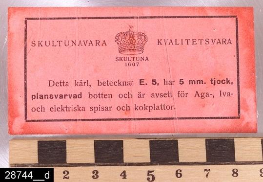 """Anmärkningar: Kittel, 1930-tal.  Rund kittel med två ebonitisolerade handtag. En lockbygel samt ett lock med ebonitisolerad knopp (bild 28744__b). På knoppen samt från ena handtaget hänger lappar med texten """"SKULTUNA BRUK GRUNDLAGT ÅR 1607. Till höger om det ena handtaget finns stämplar i form av en krona samt texten """"SKULTUNA 1607 4L E5"""" (bild 28744__c). Undertill finns en lapp där det bl.a. framgår att E5 betecknar att kitteln har 5mm tjock botten (bild 28744__d). Kitteln är avbildad i kataloger från Skultuna från 1930-talet. I en katalog från 1937 framgår det att den kostade 9,50 kronor (bild 28744__e). Enligt en broschyr, utgiven av museet 2007 och benämnd """"Skultunastämplar 1800-2000"""", började den typ av stämpel som finns på föremålet användas 1922. Den användes fortfarande år 2007. H:175 D:220 Br:305 (avser måttet diameter samt handtagens mått)  Tillstånd: Nyskick.  Historik: Gåva från SAPA AB, Division Service, 2002. Föremålet stod i ett skyddsrum på bruksområdet i Skultuna."""