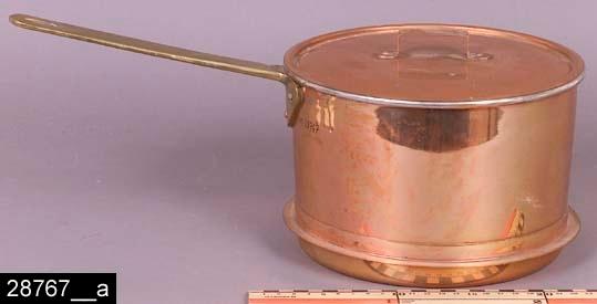 """Anmärkningar: Kastrull, 1930-tal.  Rund kastrull med lock och handtag av mässing. Kastrullen har fläns. Invändigt är kastrullen förtennt. Till höger om handtaget och på locket finns stämplar i form av en krona samt texten """"SKULTUNA 1607 4L"""" (bild 28767__b). Kastrullen är avbildad i kataloger från Skultuna från 1930-talet. I en katalog från 1931 framgår det att kastrullen kostade 7,20 kronor (bild 28767__c). Enligt en broschyr, utgiven av museet 2007 och benämnd """"Skultunastämplar 1800-2000"""", började den typ av stämpel som finns på föremålet användas 1922. Den användes fortfarande år 2007. H:175 D:210 Br:405 (avser måttet diameter samt handtagets mått)  Tillstånd: Nyskick.  Historik: Gåva från SAPA AB, Division Service, 2002. Föremålet stod i ett skyddsrum på bruksområdet i Skultuna."""